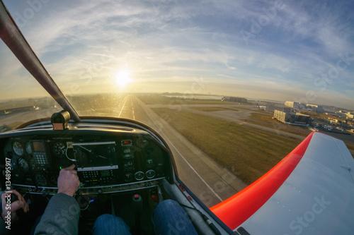 Valokuvatapetti Überflug eines Flughafens