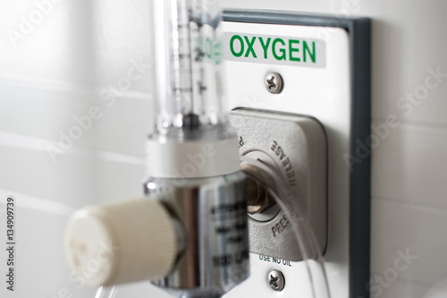Photo O2 Pressure gauge for measured control of oxygen to a patient in an emergency us