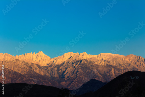 Recess Fitting Green blue Early morning sunlight on the peaks of the Mount Whitney range above Lone Pine, California