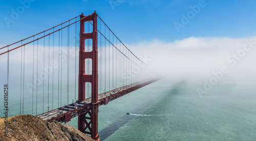 Fotografia  Golden Gate Bridge With Fog