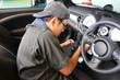 車の中を掃除する男性