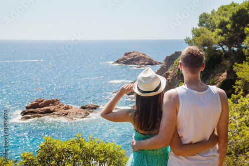 Photo Young couple enjoying the view of the Costa Brava coast and the sea at the Tossa