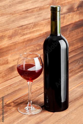 butelka-czerwonego-wina-i-szkla