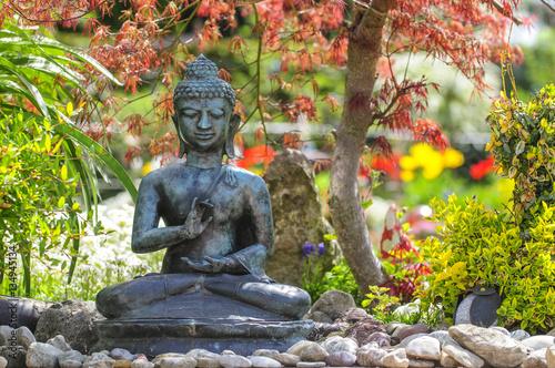 Buddha Skulptur Im Fruhlingshaften Garten Buy This Stock Photo And