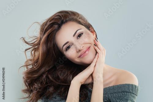 Fototapeta premium Uśmiechnięta kobieta z kręconymi włosami