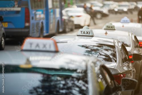 Zdjęcie XXL Postój taksówek w rzędzie na ulicy miasta