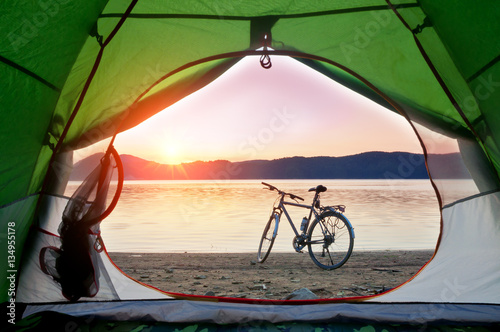 Tuinposter Lichtroze tent and bike