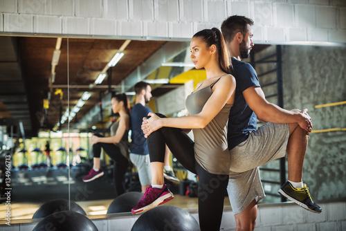 mlodych-sportowcow-cwiczenia-i-rozciaganie-nog-na-silowni