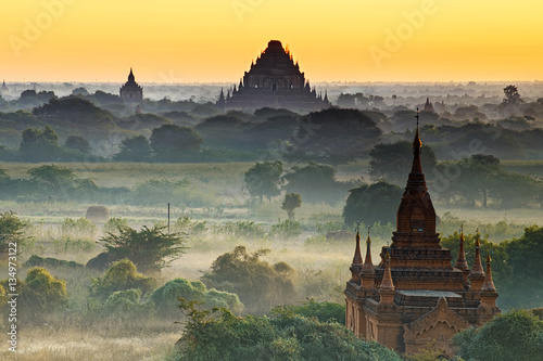 Photo  Bagan temple during golden hour