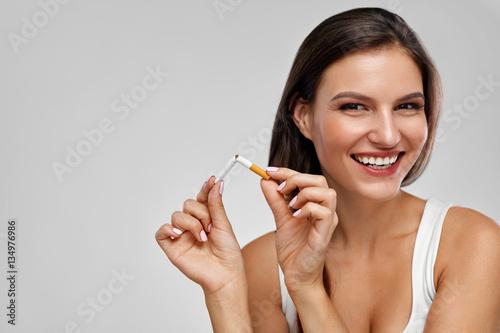 Fotomural Quit Smoking. Beautiful Happy Woman Holding Broken Cigarette