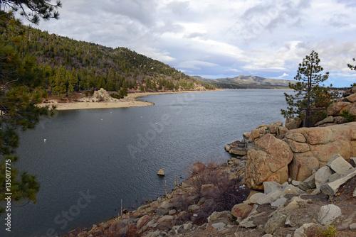 Obraz na dibondzie (fotoboard) Big Bear Lake, położone niedaleko Los Angeles w Kalifornii, jest popularnym ośrodkiem narciarskim i miejscem rekreacji na świeżym powietrzu
