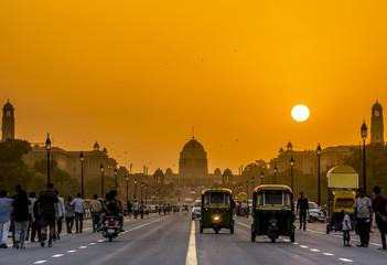 Zachód słońca w pobliżu rezydencji prezydenckiej, Rashtrapati Bhavan, New Delhi, Indie.