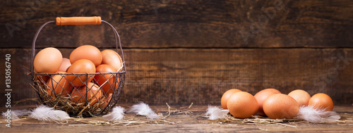Photo sur Toile Poules fresh eggs in a basket