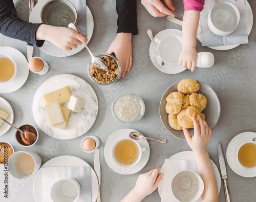 Eine Familie frühstückt zusammen