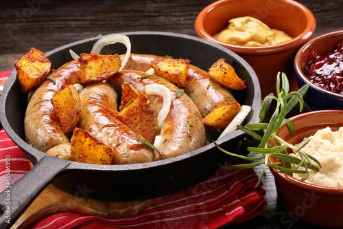 Plakat Pieczona kiełbasa z czosnkiem rozmarynowym i pieczonymi ziemniakami