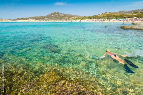 Photo  Blonde girl snorkelling in the crystal sea of Sardinia.
