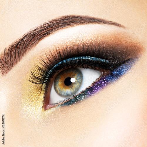 zblizenia-zenski-oko-z-pieknej-mody-jaskrawym-makeup