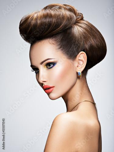Plakat Piękna kobieta z fryzurą w stylu