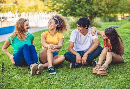 Plakat Grupa szczęśliwi nastolatkowie w parku