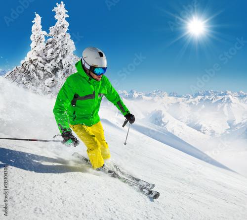 Tuinposter Wintersporten Skier on piste running downhill