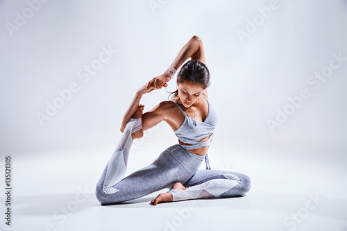 In de dag School de yoga Woman doing yoga isolated on white background