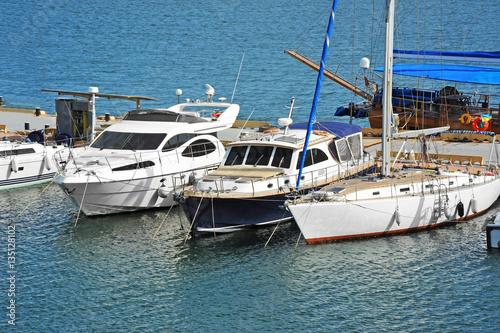 Poster Zeilen Motor yacht in jetty