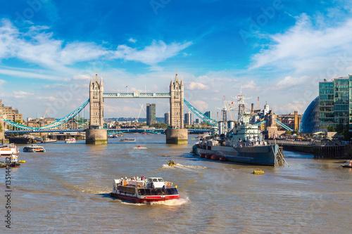 Carta da parati Tower Bridge and HMS Belfast warship in London