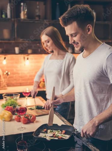 Foto auf Gartenposter Kochen Beautiful couple cooking