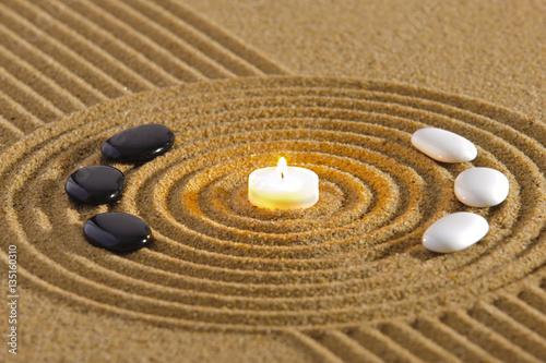 Plakat Zen ogród z yin i yang w piasku ze świecą
