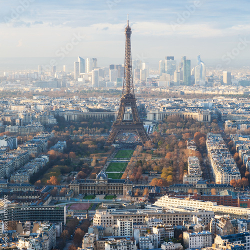 Foto  above view of Eiffel Tower and La Defence district