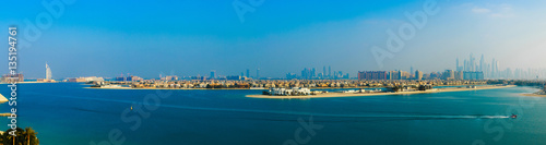 Fotomural  Beautiful palm island in Dubai. Panorama view with Dubai city sk