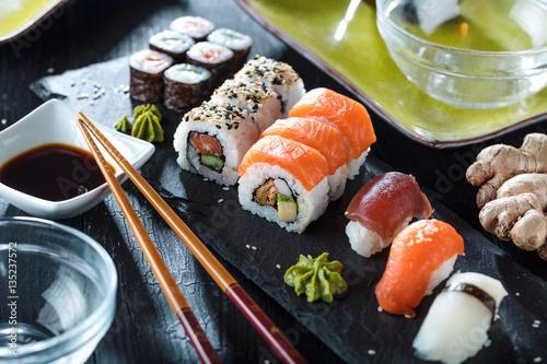 Foto op Canvas Sushi bar Sushi Verschiedene sorten