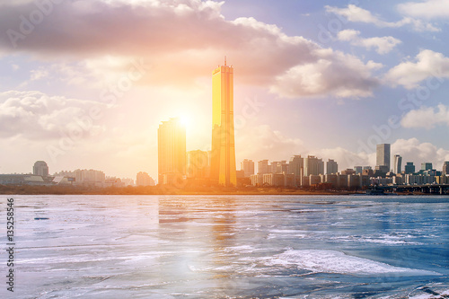 Fotografia  Ice of Han river and cityscape in winter,Sunset in Seoul, South korea