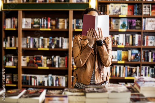 Photographie  Woman Reading at a Bookstore