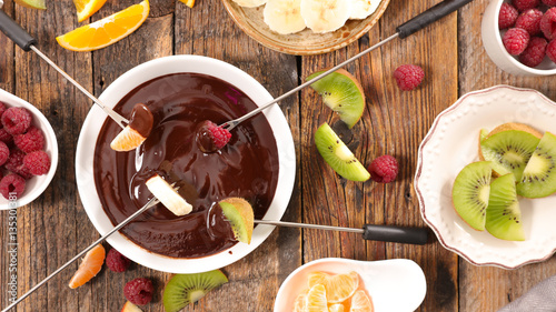 Photo  chocolate fondue with fruits
