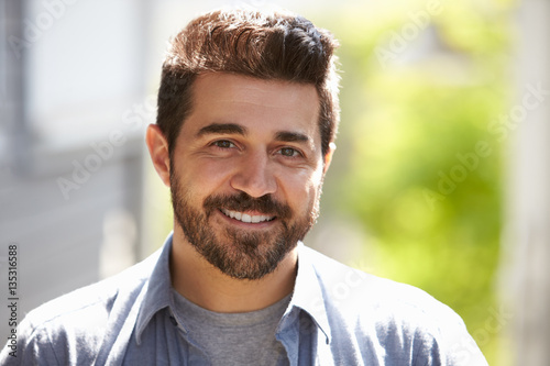 Fotografia  Outdoor Head And Shoulders Portrait Of Smiling Mature Man