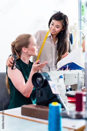 Schneiderinnen oder Mode Designer besprechen ein Schnittmuster ...
