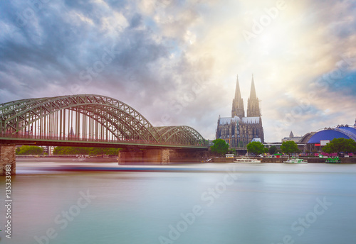 Fotografía  View on Cologne Cathedral and Hohenzollern Bridge, in the sunrise