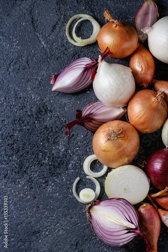Fotografía Variety of whole and sliced onion