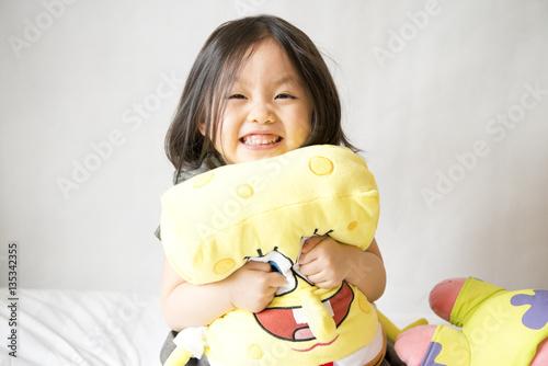 Photo  Asian girl holding spongebob