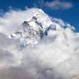 Mount Ama Dablam w chmurach, droga do obozu bazowego Everest - 135349382