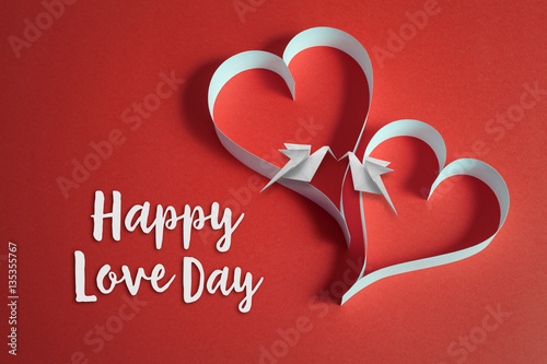 In de dag Retro valentines day background with origami doves on papercraft hearts