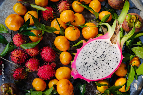 Foto  Healthy tropical fruit and ingredients from top view