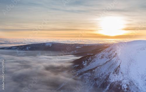 Zdjęcie XXL Zimowa panorama ze szczytu Śnieżki tuż przed zachodem słońca