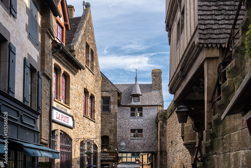 Photo  Historic facades buildings inside Mont-Saint-Michel Abbey, France