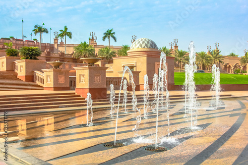 Poster Moyen-Orient Garden and fountains outdoors of Emirates Palace a luxurious and most expensive 7 star hotel in Abu Dhabi. Abu Dhabi is a famous travel destination in UAE. Luxury travel in Middle East concept.