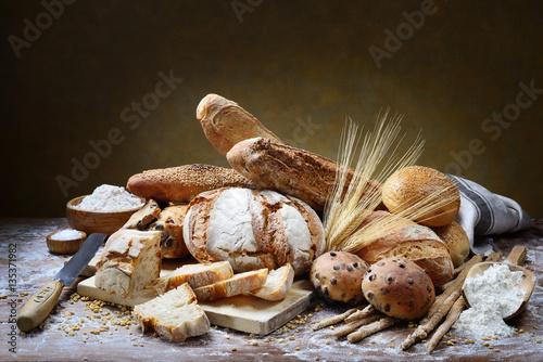 chleb-i-inne-pieczywo-w-pieknej-kompozycji-na-stole