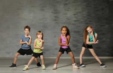 Slatka smiješna djeca u plesnom studiju