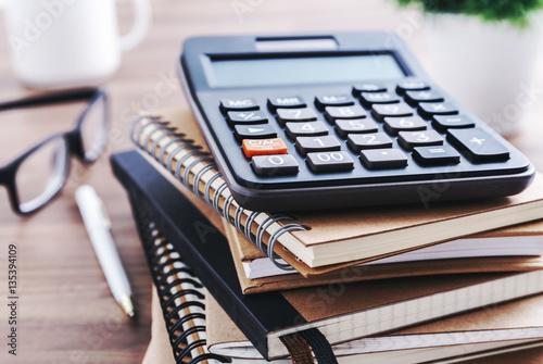 Obraz na dibondzie (fotoboard) Biurko z kalkulatorem