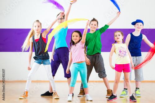 Fototapeten Tanzschule Kinder tanzen Gruppen Choreografie mit Tüchern in Tanzstudio